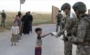 Mehmetçik Suriye'de yol güvenliğini sağladığı halkın bayramını kutladı
