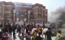 Zikar İlinde Göstericiler, Valilik Binasını Taşladı ve Yolu Trafiğe Kapattı